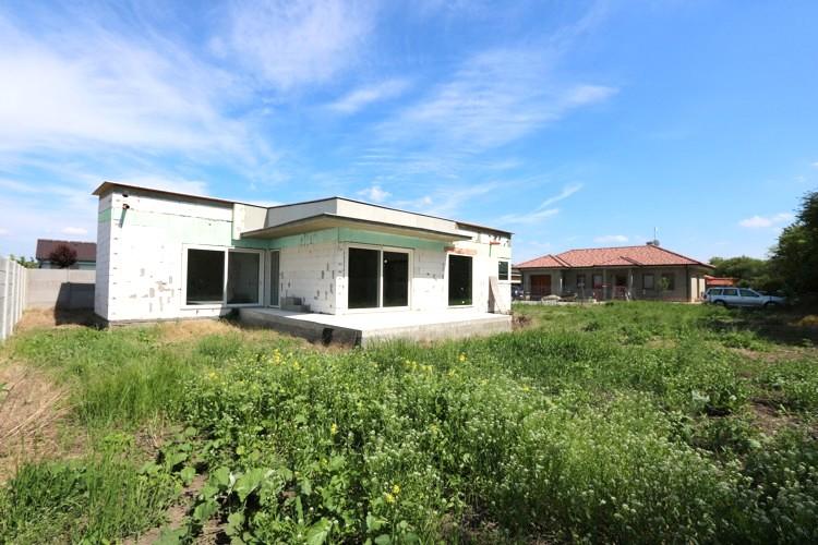 Kto chce bývať kvalitne a úsporne? NÍZKOENERGETICKÁ NOVOSTAVBA – 3 (4) izbový rodinný dom (140 m2) pozemok 851 m2, Galanta Kolónia