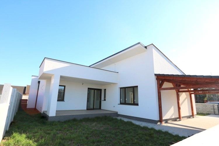 VOĽNÝ UŽ IBA JEDEN. Priestranný 4 izbový rodinný dom (117 m2), terasa 15,5m2, pozemok 339 m2, Galanta mesto 132.000 €