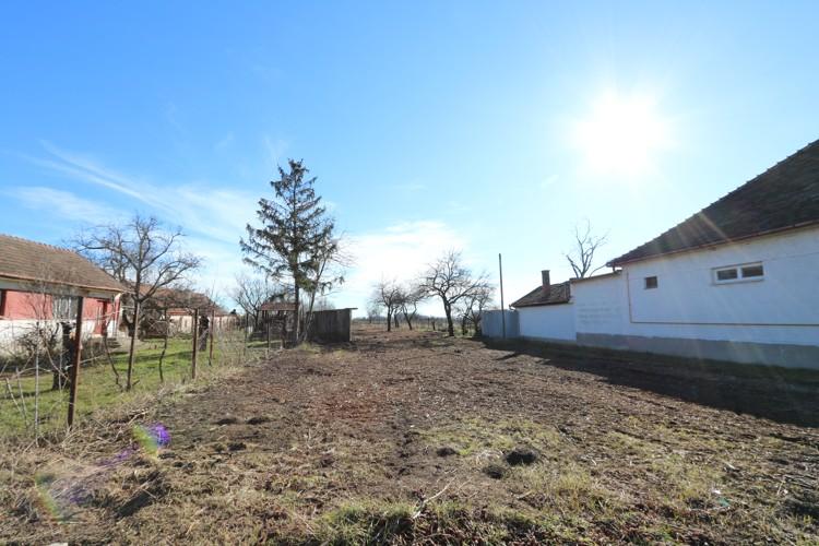 Veľký stavebný pozemok 1825 m2 (15,7m x 115m) v časti Nebojsa, Galanta (dohoda)