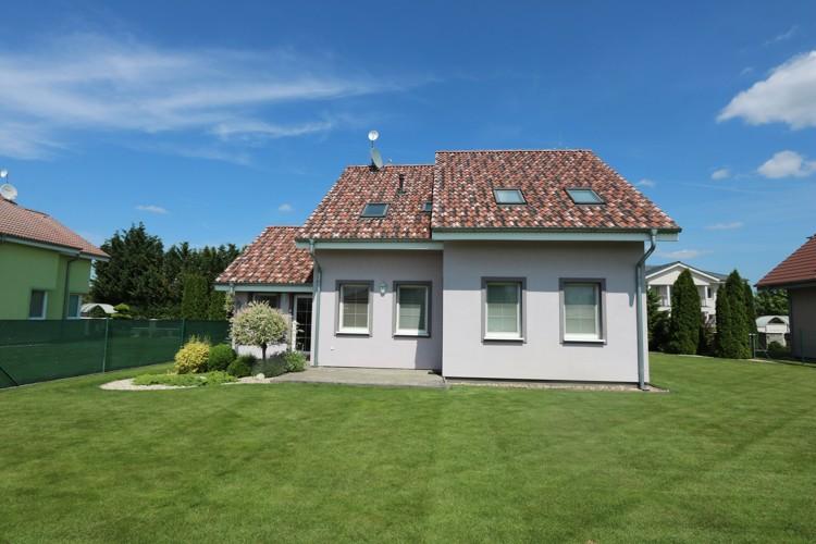 Fialový 5 izbový rodinný dom s garážou, 165 m2 pozemok 840 m2, Galanta, časť Kolónia
