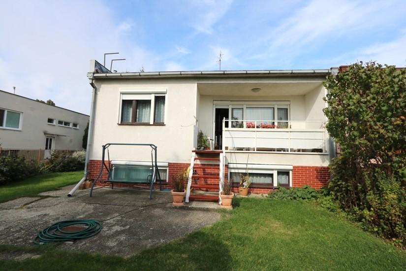 Kľudné tiché prostredie a 2 generačný viac izbový rodinný dom na pozemku 550 m2, r.1993, Sládkovičovo