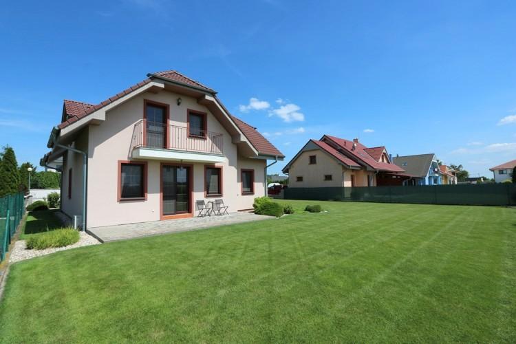 Hnedý 6 izbový rodinný dom s garážou, obytná p. 166 m2 pozemok 840 m2, Galanta, časť Kolónia.