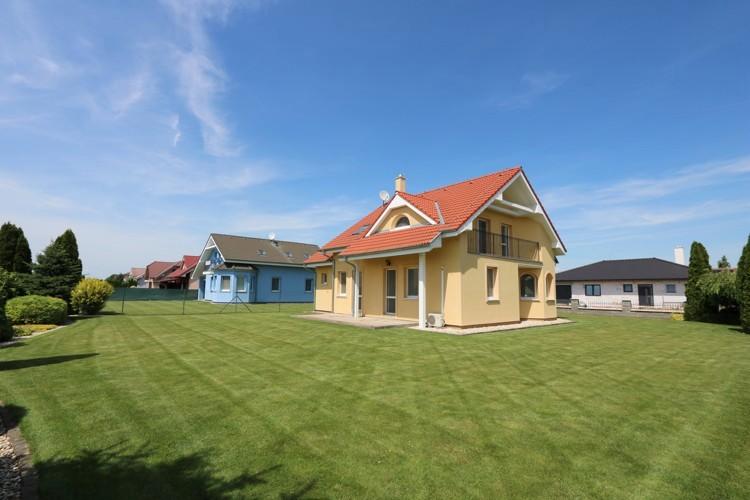 Žltý 6 izbový rodinný dom s garážou, obytná p. 171 m2 pozemok 840 m2, Galanta, časť Kolónia.