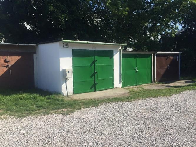 Komplet zrekonštruovaná garáž s montážnou jamou 22 m2 v meste Galanta, pri parku. 90 € / mesiac