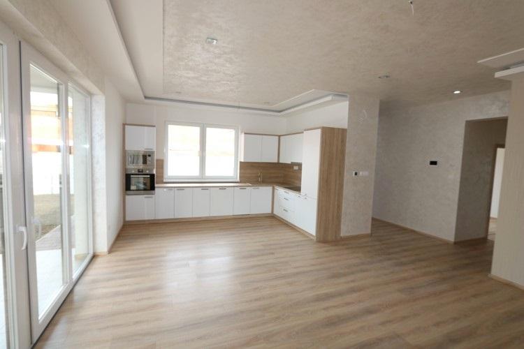 Dokončený 4 izbový rodinný dom (134 m2) s vlastným pozemkom 314 m2 a parkoviskom pre 2 autá. Galanta pri Galandií